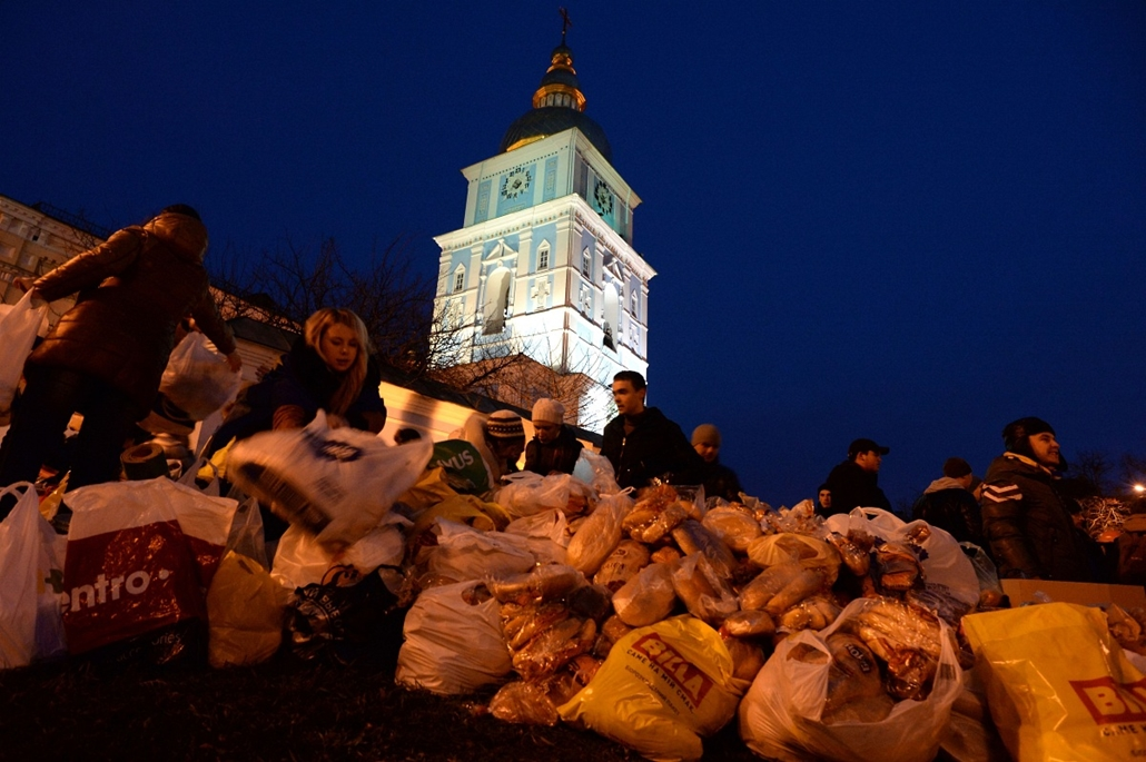 afp. nagyításhoz - ne használd - 2013.11.30. Ukrainians sort out food items to be distributed to protesters during an opposition rally in Mykhayllivska Square in Kiev after police dispersed protesters in Independence Square on November 30, 2013. Ukraine's