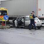 Fotó: Kirepült egy autó motorja egy pesti balesetnél