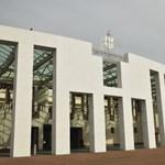 Kitiltottak egy újságírót az ausztrál parlamentből, mert kilátszott a válla