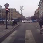 Hátrafelé tekerve ütött el egy biciklis egy ételfutárt az Astoriánál