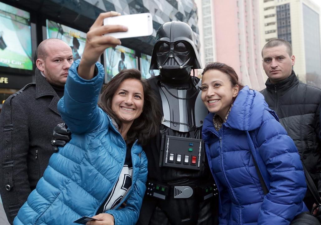 epa. Darth Vader, Ukrajna, Kijev, ukrán választások 2014.10.22. Darth Vader, az Ukrán Internet Párt vezetője (k) kampányol Kijevben 2014. október 22-én. A pártvezető, aki hivatalosan változtatta a nevét Darth Vaderre, az október 26-i parlamenti választáso