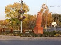 Bagolynak szánták, óriási fallosz lett belőle – nagyon félresikerült egy szobor a Vajdaságban