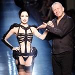 Kikandikáló mell és popsi a divathéten, Gaultier múzsája vetkőzik