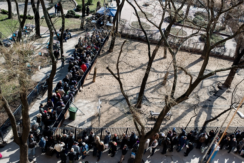 7képei 0308 - Hajléktalanok állnak sorban a Klauzál téren,  ahol a zsido osszefogas szervezodes 500 adag soletet osztott szet a raszorulok kozott.
