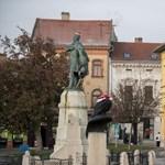 Mikulássapkákat tettek a pécsi szobrokra – fotók