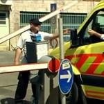 Parkolójeggyel szívatják a mentőket a János-kórházban