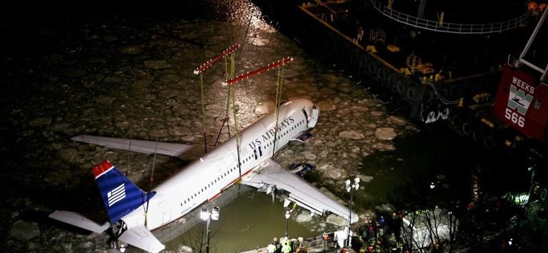 Kiemelték a folyóban landolt repülőgépet - meglepő videók