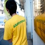 Befalazta a Greenpeace az Országos Atomenergia Hivatal főbejáratát
