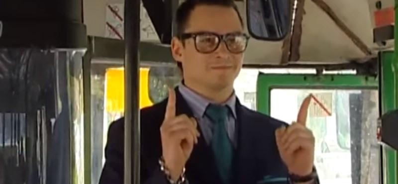 Visszatérhet a viccmesélő buszsofőr