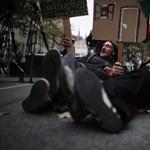 Fotók: Hajléktalanok fekszenek a Parlament előtt