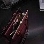 A nap reklámja: Mit keres egy liliputi férfi ebben a női táskában?