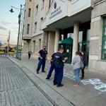 Ugróiskolákat festettek a minisztériumok elé a Momentum aktivistái
