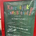 """""""Köszönjük, Zsuzsi néni, hogy mindig meghallgattál minket!"""" – plakáton búcsúznak kedvenc tanáruktól a diákok"""