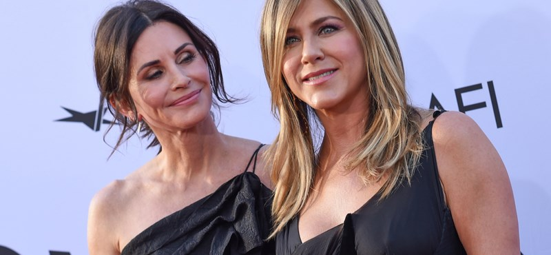 Jennifer Aniston felrobbantotta a netet a Jóbarátok-lányok közös szelfijével