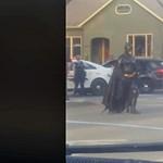 Videó: még Batman is megérkezett ehhez a közúti blokádhoz, de a rendőrök elküldték