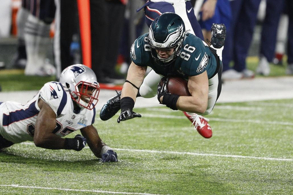 epa.18.02.04. - Minneapolis, USA: Zach Ertz, a Philadelphia Eagles játékosa (jobbra) az 52. alkalommal megrendezett Super Bowl döntőjén a minneapolisi U.S. Bank Stadionban 2018. február 4-jén. - amerikaifutball, amerikai foci, nfl