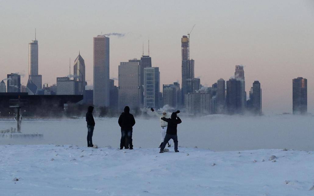 !!! AP !! 19.02.28ig! mti.19.01.31. A befagyott Michigan-tó partján emberek Chicagóban 2019. január 30-án. Az Egyesült Államok északi és középnyugati államaiba sarkvidéki hideghullám tört be, a levegő hőmérséklete helyenként a mínusz 40 Celsius-fokig süll
