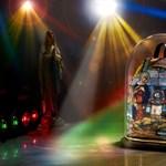 Szuperkúl Szűz Mária és kozmikus Jézus az Eastpak hátizsákján
