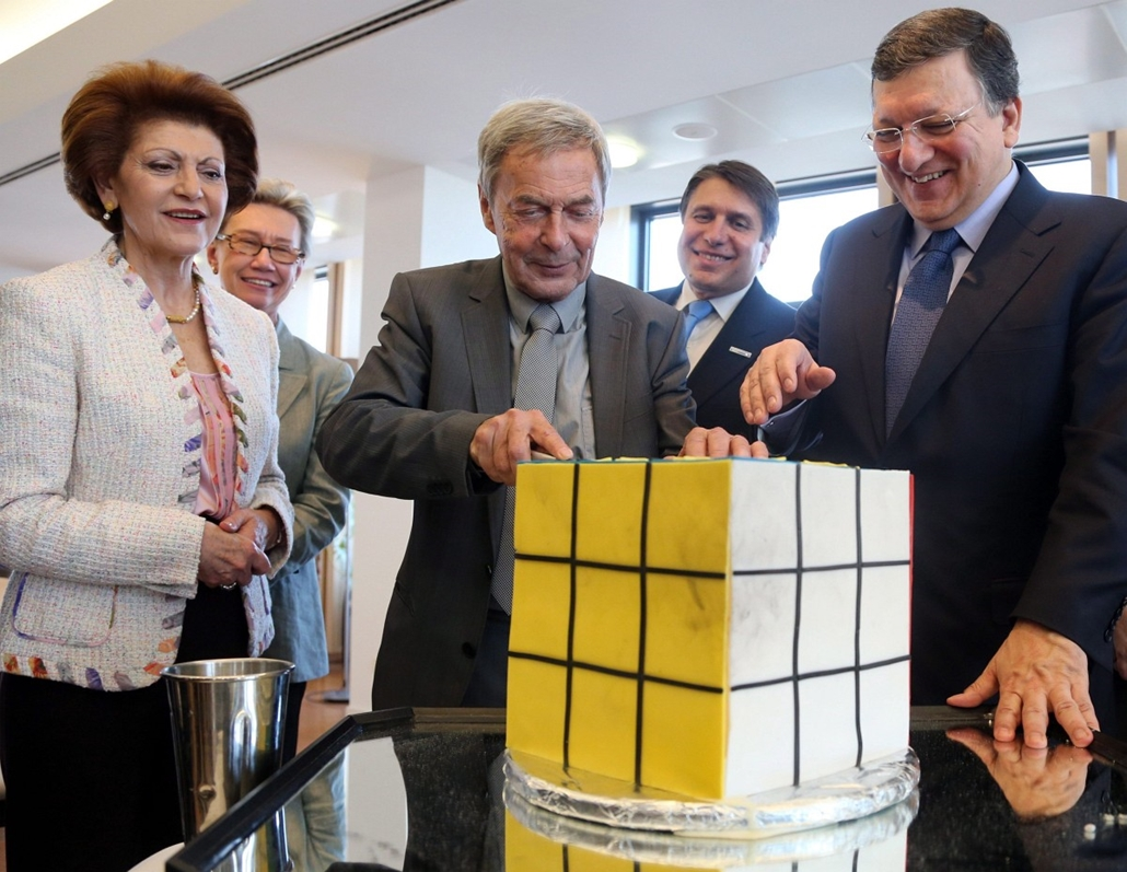 epa. 2014.03.28. Brüsszel - Rubik Ernő magyar építész, játéktervező, feltaláló (b) és José Manuel Barroso, az Európai Bizottság elnöke (j) egy Rubik-kocka alakú torta előtt a játék feltalálásának 40. évfordulója alkalmából tartott rendezvényen a bizottság