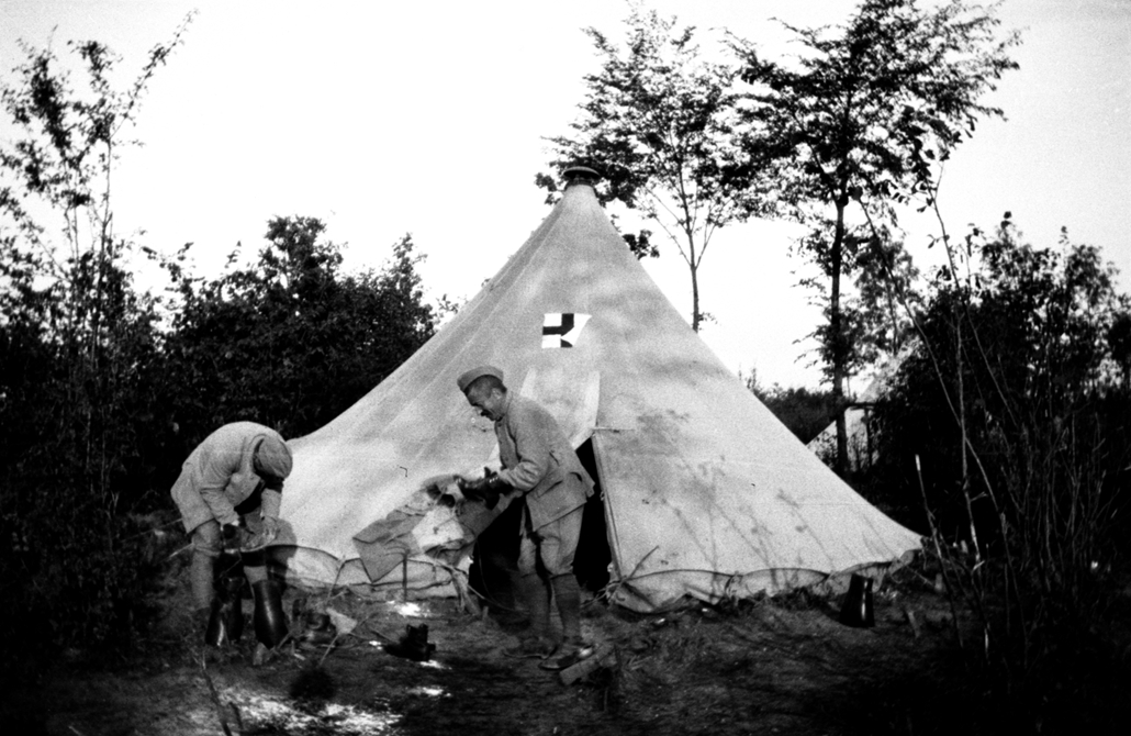 afp. Somme-i csata - French soldiers from the 23RI are busy cleaning shoes outside the medical aid tent during the Somme offensive, northern France, in July 1916, during World War 1. The Great War started in 1914 with the assassination of Archduke Franz F