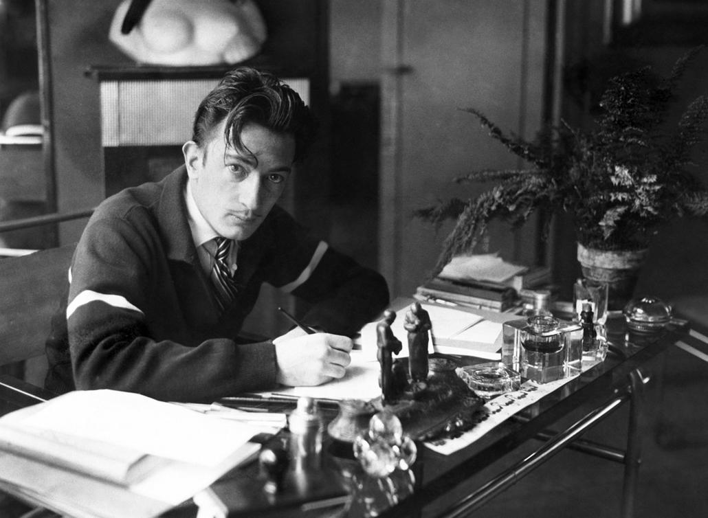 afp. nagyítás - Salvador Dali 110 éve született - 1950.01.01. FRANCE, Paris : Picture dated in the 50s of Spanish artist Salvador Dali writing at his desk.