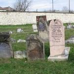 Zsidó sírok között állították fel az ugrálóvárat a nagymagyari vásárban