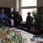 Videó: A Népszabadság küldöttsége az osztrák tulajnál járt, de csak kávét kapott