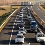 Lezárták az M2-es utat Kosdnál baleset miatt