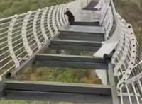 Minden turista rémálma: egy férfi majdnem lezuhant, amikor megrongálta a szél a kínai üveghidat