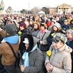 Virág helyett jogokat - sárga rózsás nőnapi demonstráció a Hősök terén