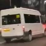 Kilökte az útról az őt feltartó autót a brit kisbusz sofőrje – videó