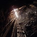 Huszonegy bányász rekedt 1200 méter mélyen egy kínai bányában