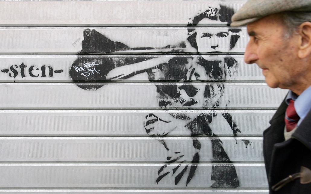 afp.06.11.15. - Róma, Olaszország: Clint Eastwood ''Piszkos Harry'' figurája egy római épület falán 2006 novemberében.