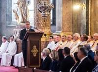 Lukácsi Katalin: Egyház aranykalitkában