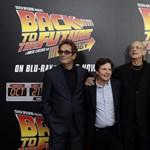 Fotó: Doki és McFly együtt pózoltak a Vissza a jövőben vetítésén