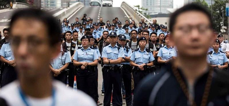 Százezer nyugdíjas tüntetett Hongkongban a városvezetés mellett