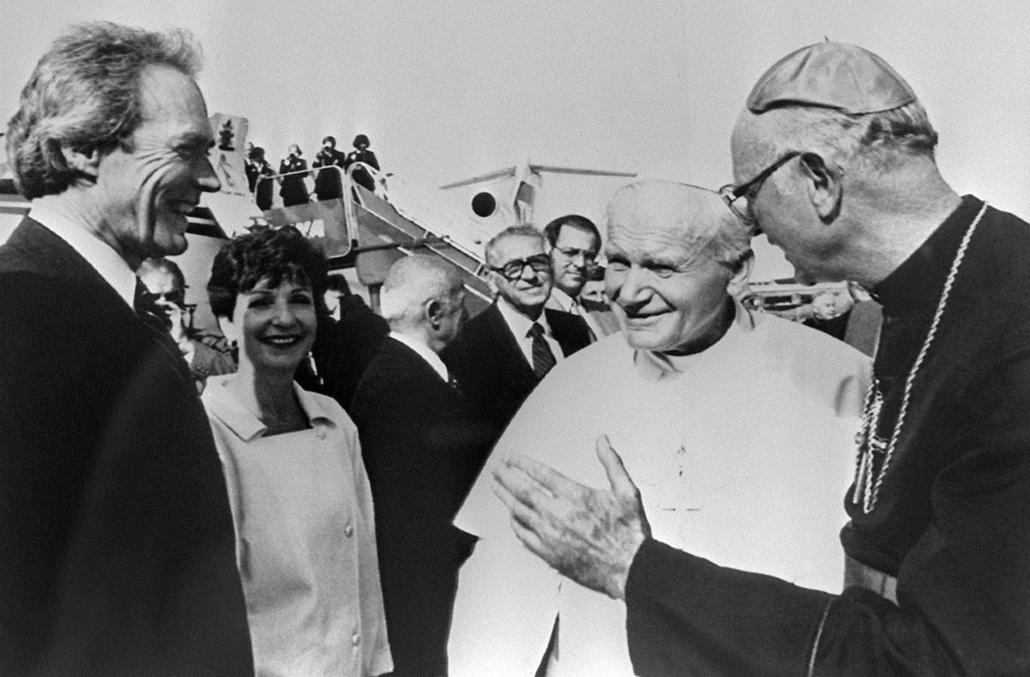 afp.1987.09.17. - Monterey, USA: Clint Eastwood II. János Pál pápával Monterey városában 1987 szeptemberében.