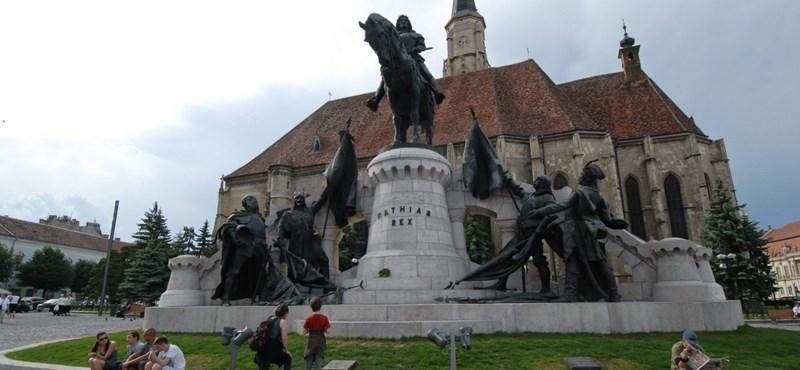 Összefirkálták a kolozsvári Mátyás királyszobrot