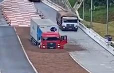 Ijesztő helyzetben vizsgázott jól két kamionos és a sóderágy – videó
