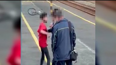 Maszk és jegy nélküli utazó fiú támadt MÁV-dolgozókra Nyíregyházán - videó