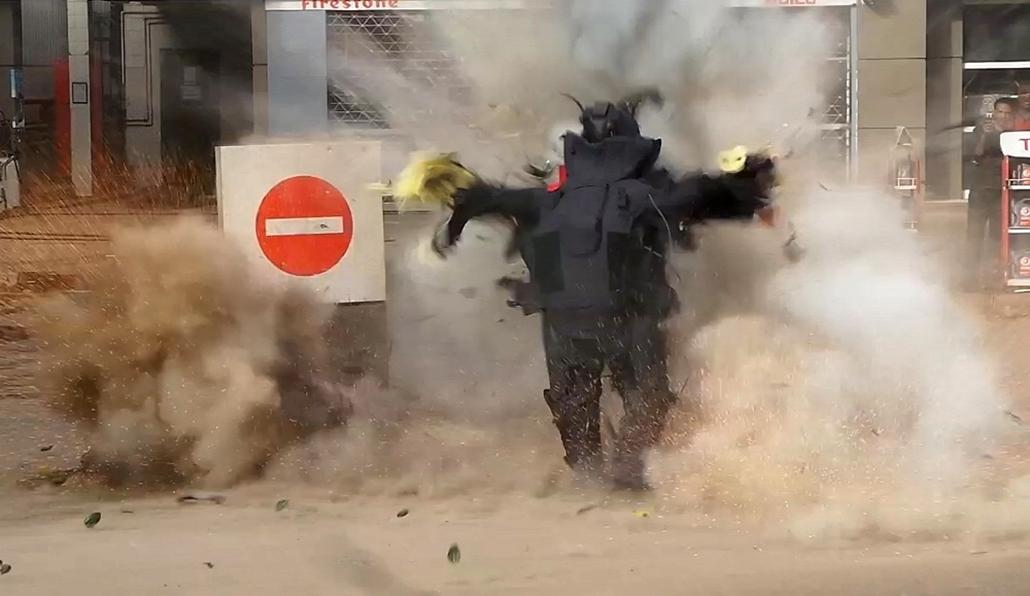 afp.15.01.06. - Kairó, Egyiptom: virágcserépbre rejtett pokolgépet próbált hatástalanítani egy bombaszakértő - bomba, detonáció, bombaszakértő, robbanás, 7képei