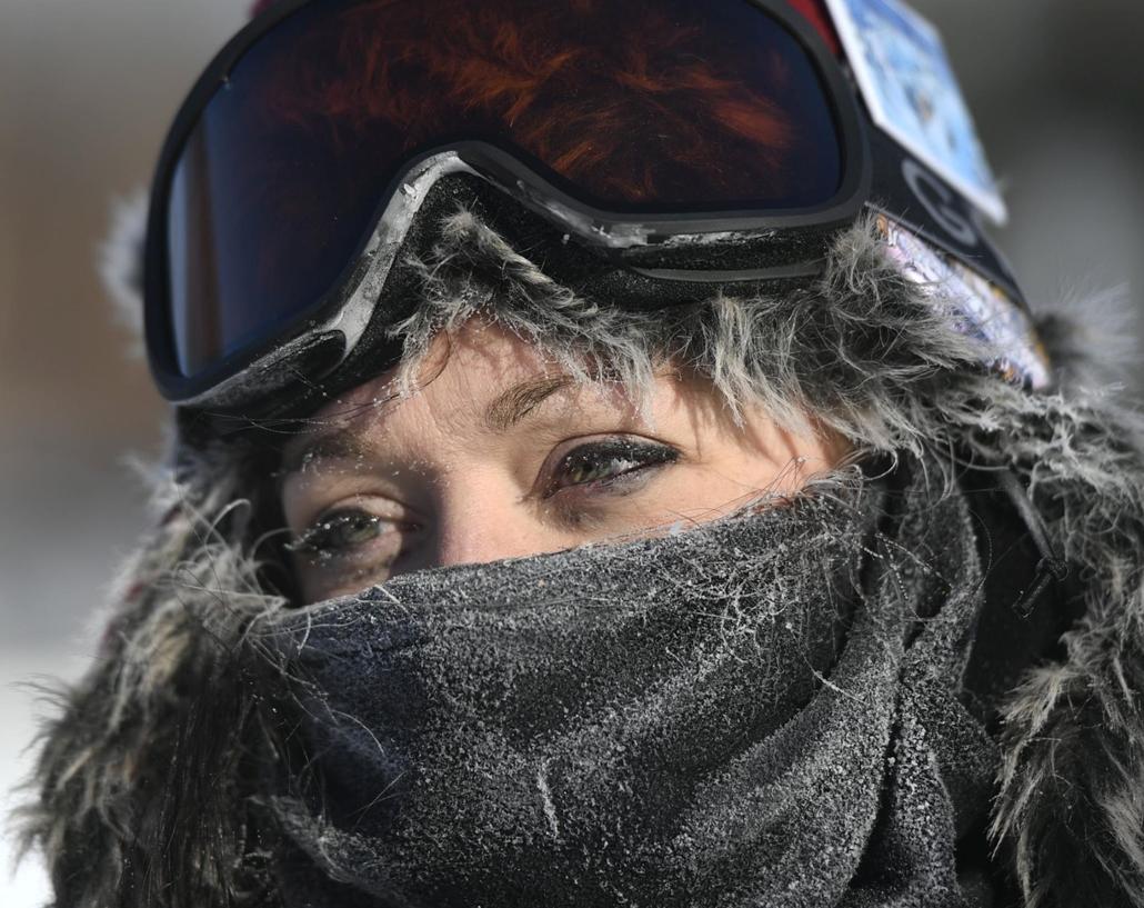 mti.19.01.30. A rendkívüli hideg ellen védekezik Tess McNamara minneapolisi lakos Minneapolis egyik elővárosában, New Brightonban 2019. január 29-én.