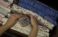 Majdnem 5 ezer milliárd forintot tartanak a magyarok a matracban