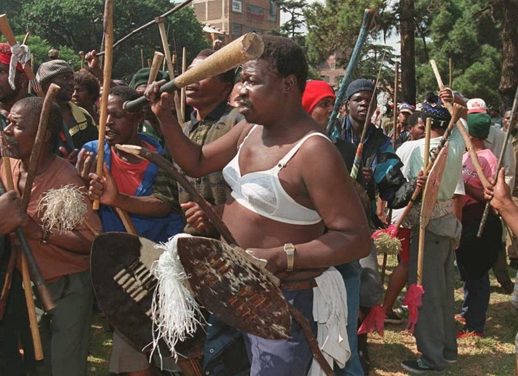 afp.94.03.28. - Johannesburg, Dél-afrikai Köztársaság: Melltartóba öltözött Zulu a március 24-i lövöldözés megemlékezésén - melltartó nagyítás