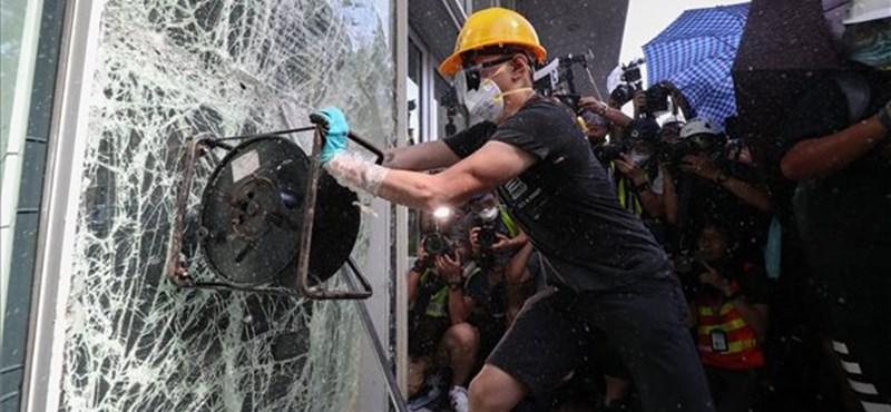 Megszállták a parlamentet a hongkongi tüntetők, de a könnygáz erősebb volt