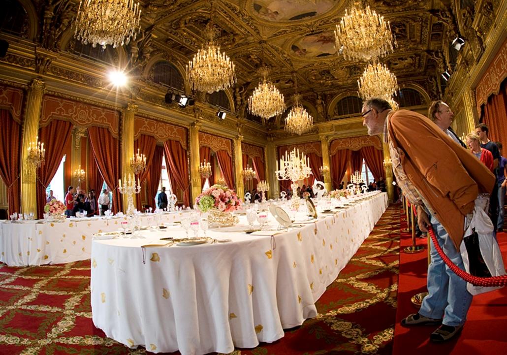 Látogatók Nicolas Sarkozy francia elnök rezidenciájának, az Élysée-palotának a bankett-termében Párizsban 2009. szeptember 19-én, amikor mintegy ötven országban tartják meg a kulturális örökség napjait. A korábban európai örökség napok elnevezésű rendezvénysorozat gondolata francia földön született, ott 1984-ben tartották meg először a műemlékek nyílt napját. Az Európa Tanács védnöksége alatt álló eseménysorozat keretében az idén is számos műemlék és nem védett épület nyitja meg kapuit a nagyközönség előtt: olyan épületek ezek, amelyek máskor egyáltalán nem, vagy csupán részlegesen, időlegesen, meghatározott réteg számára látogathatók.