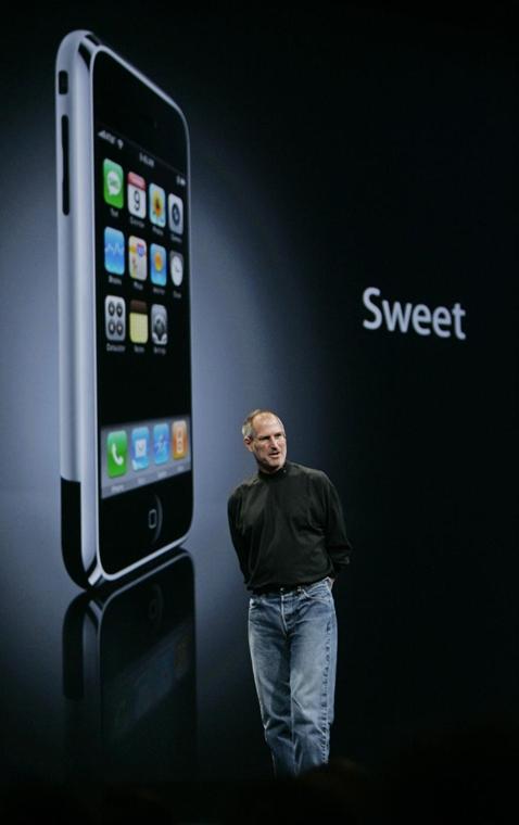 év képei Steve Jobs bemutatja az Apple iPhone készülékét