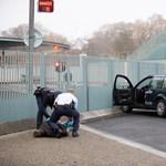 Kerítésnek hajtott egy összefirkált autó Angela Merkel hivatalánál