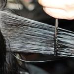 Ingyen vágják a hajat a fodrászok, aztán becsomagolva elküldik a kiömlött olajhoz