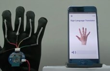 Olyan kesztyűt fejlesztettek a tudósok, amelyikkel bárki megértheti a jelnyelvet – videó